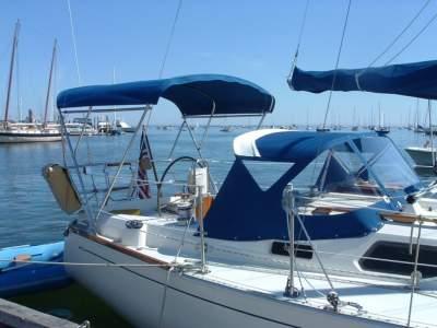 Strapless bimini top on sailboat